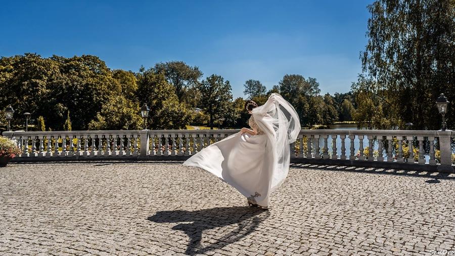 Nuotaka pozuoja Druskininkų miesto muziejaus terasoje. 10 priežasčių atvykti į Druskininkus
